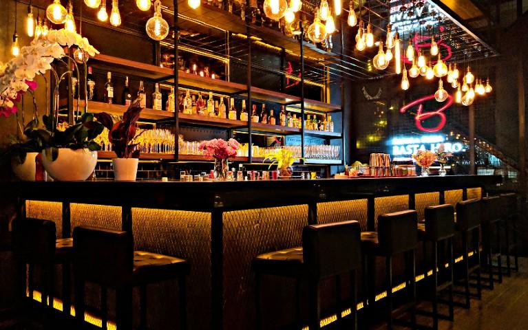 bancone di bar aperto a 40 anni