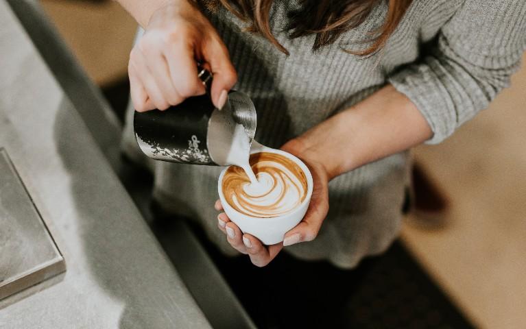 barista usa tecnica latte art per preparare cappuccino