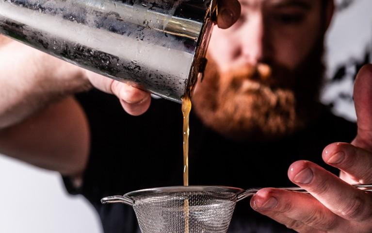 barman prepara un cocktail
