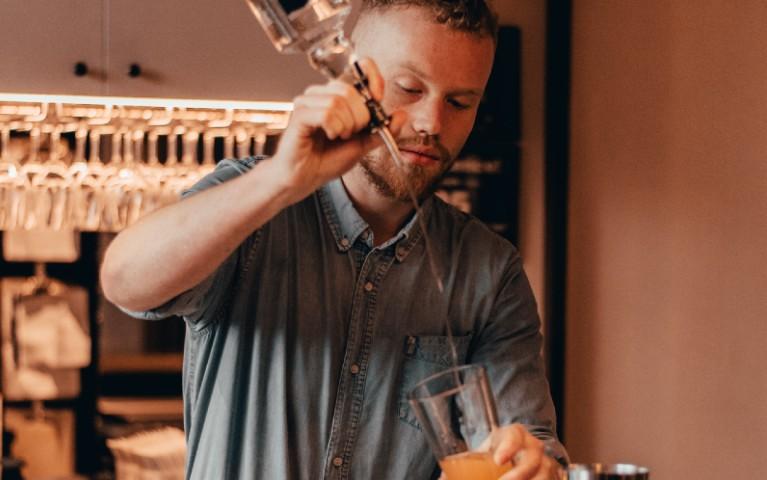 flair bartender barman acrobatico