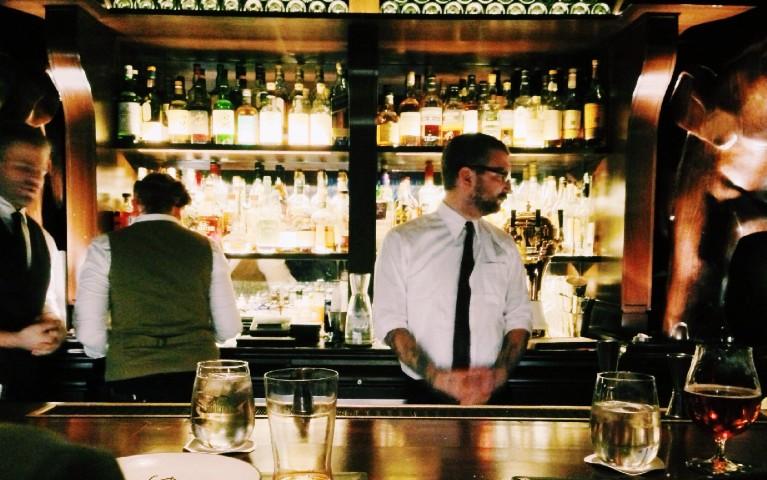 capo barman coordina lavoro bartenders